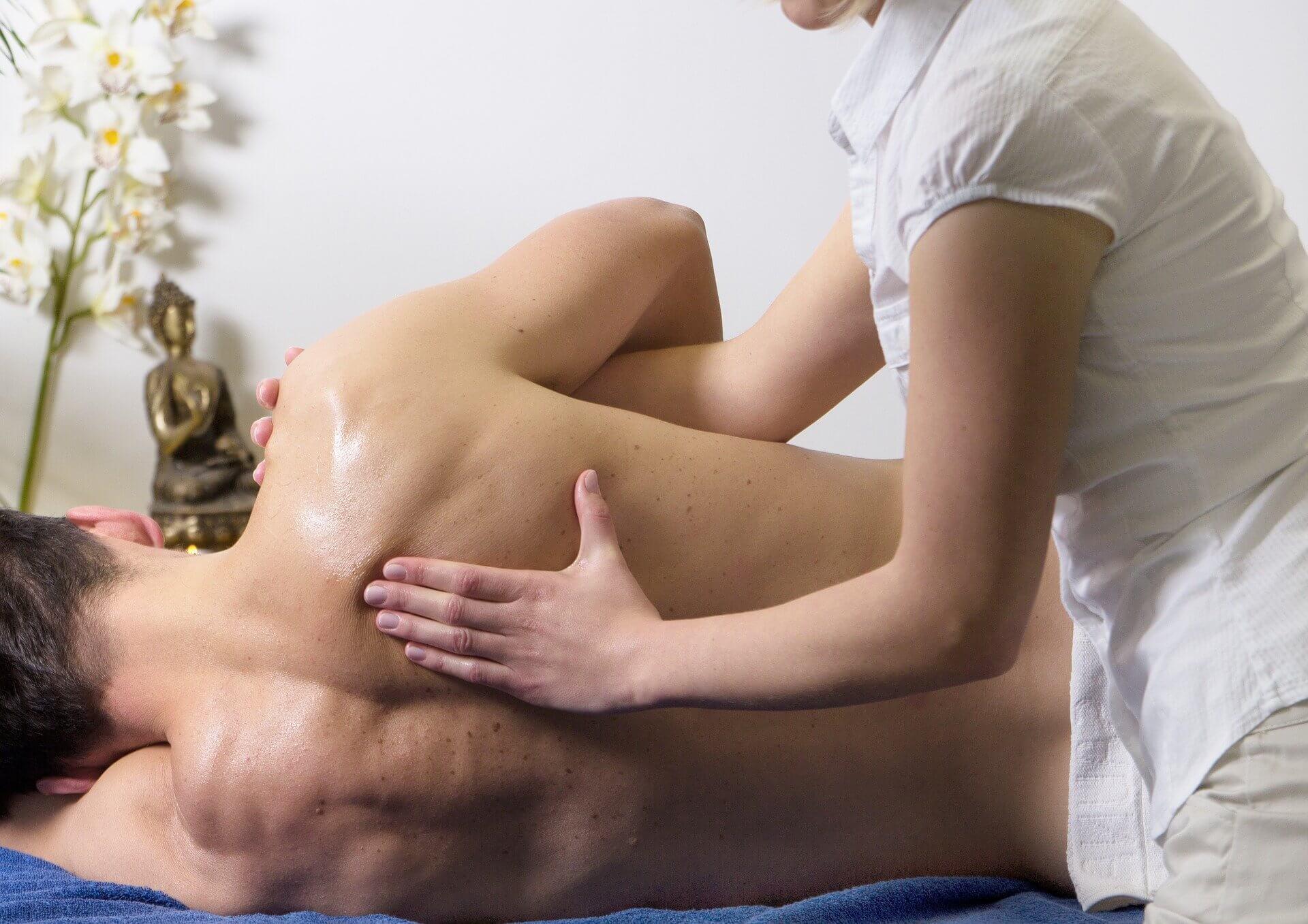 Hierontatilanne, hierottava on kyljellään ja hoitaja käsittelee selkää.