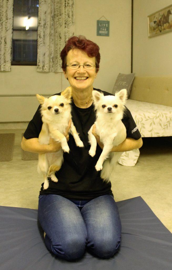 Liisa Saarto ja hänen kaksi koiraa