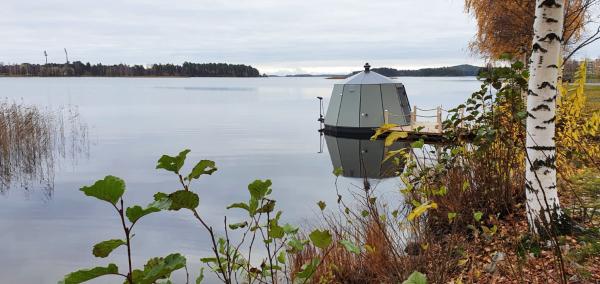 Aurora Hut Kuopio igluvene järvellä Kuopionlahdessa syksyllä
